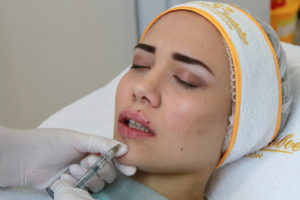 С помощью инъекций можно сделать более четкий контур, увлажнить и предать молодости губам